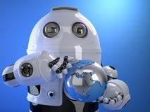 拿着蓝色光亮的地球地球的机器人 概念查出的技术白色 Isol 免版税库存照片