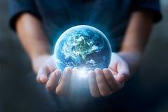 拿着蓝色地球,救球地球概念的人的手 免版税库存照片