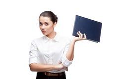 拿着蓝色日志的新女实业家 免版税库存图片