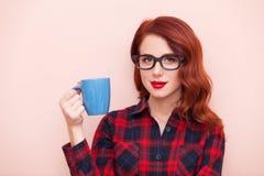 拿着蓝色杯子的女孩 免版税图库摄影