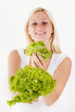 拿着蔬菜沙拉的愉快的妇女 图库摄影