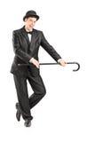 拿着藤茎的一位男性魔术师的全长画象 免版税图库摄影