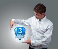 拿着虚拟盾符号的生意人 免版税库存照片