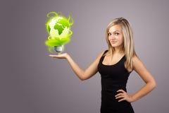 拿着虚拟eco符号的妇女 免版税库存照片