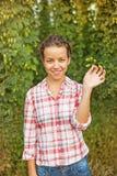 拿着蛇麻草的分支妇女 免版税库存图片