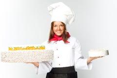拿着蛋糕的厨师微笑的妇女 免版税库存图片