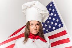 拿着蛋糕的厨师微笑的妇女 库存照片