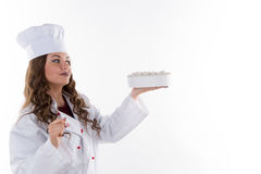 拿着蛋糕的妇女厨师 库存图片