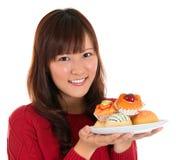 拿着蛋糕的板材亚裔妇女 免版税图库摄影
