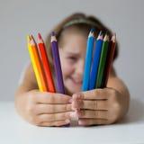 拿着蜡笔的孩子 免版税库存图片
