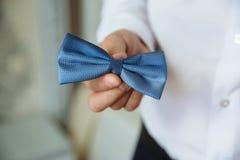 拿着蝶形领结的人 典雅的绅士clother 库存图片