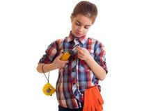 拿着螺丝刀和轮盘赌的小女孩 免版税图库摄影