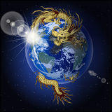 拿着行星地球的中国龙 免版税库存图片