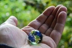 拿着行星地球 免版税库存照片