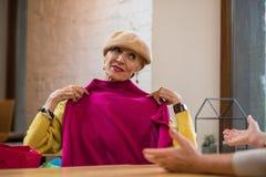 拿着衣裳的妇女 免版税库存照片