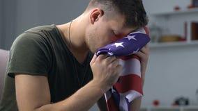 拿着被折叠的美国国旗,阵亡将士纪念日,战士葬礼的白种人士兵 股票录像