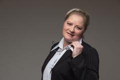 拿着视觉的衣服的企业肥胖妇女一块玻璃 图库摄影
