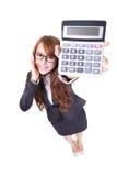 拿着计算器的愉快的微笑的女商人 免版税库存图片