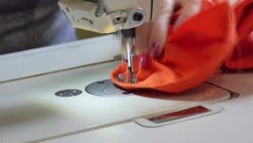 拿着评定裁缝工作的现有量 影视素材