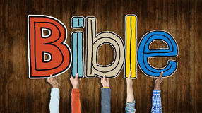 拿着词圣经的小组手 免版税库存照片