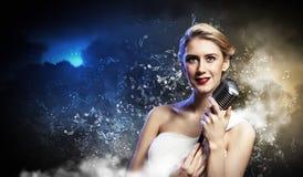 女性白肤金发的歌手 免版税库存图片