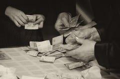 拿着货币人的现有量 免版税库存照片