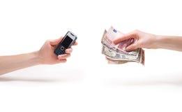拿着货币的现有量给二打电话 免版税库存照片