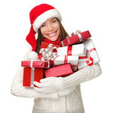 拿着购物妇女的圣诞节礼品 免版税库存图片