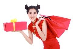 拿着购物袋和红色礼物盒在概念池氏的愉快的妇女 免版税图库摄影
