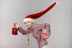 拿着购物袋和脑子的圣诞节妇女 免版税图库摄影