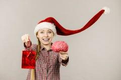 拿着购物袋和脑子的圣诞节妇女 库存图片