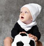 拿着足球的婴孩的逗人喜爱的图象 库存照片