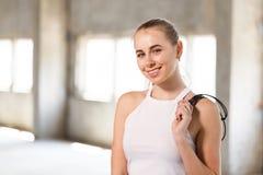 拿着跨越横线的一名年轻白肤金发的妇女 免版税库存图片