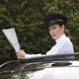 拿着路线图的专业司机 免版税图库摄影