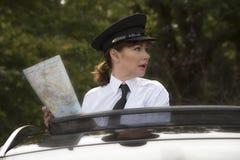 拿着路线图的专业司机 免版税库存照片
