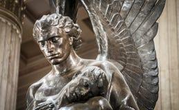 拿着身体的天使雕象 图库摄影