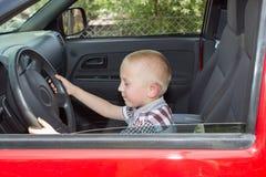 拿着车轮的小男孩 免版税库存图片