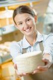 拿着轮子乳酪的妇女 免版税库存照片
