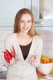 拿着辣椒和大蒜的白种人妇女 图库摄影
