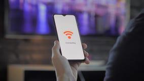 拿着连接到wifi的智能手机的人 影视素材