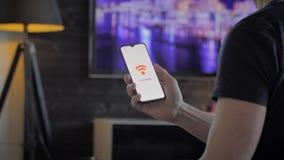 拿着连接到wifi的智能手机的人 股票视频