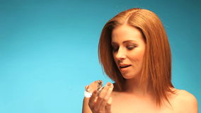拿着透明宝石的露胸部的红头发人 影视素材