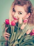 拿着郁金香花的花束妇女 库存图片