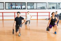 拿着重量的客户,当做在健身房时刺 免版税库存照片
