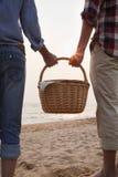 拿着野餐篮子的年轻夫妇 免版税图库摄影
