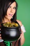 拿着金壶的妇女 免版税库存照片