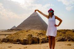 拿着金字塔在开罗,埃及 免版税库存照片