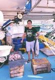 拿着金枪鱼的渔夫 图库摄影