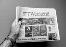 拿着金融时报周末报纸的人 免版税库存照片