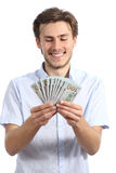 拿着金钱的偶然愉快的人 免版税库存照片